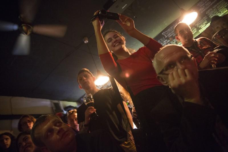 Из-за отсутствия рекламы фестиваля в Варшаве завсегдатаев бара «Лысый пингвин» удивило внезапное появление  у барной стойки.