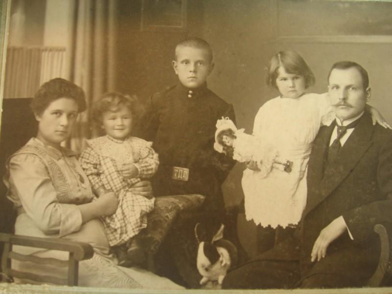 Валяр'ян Карвэцкі з сям'ёю. Валяр'ян паходзіў з Поцевіч, быў чыноўнікам у царскай Расеі