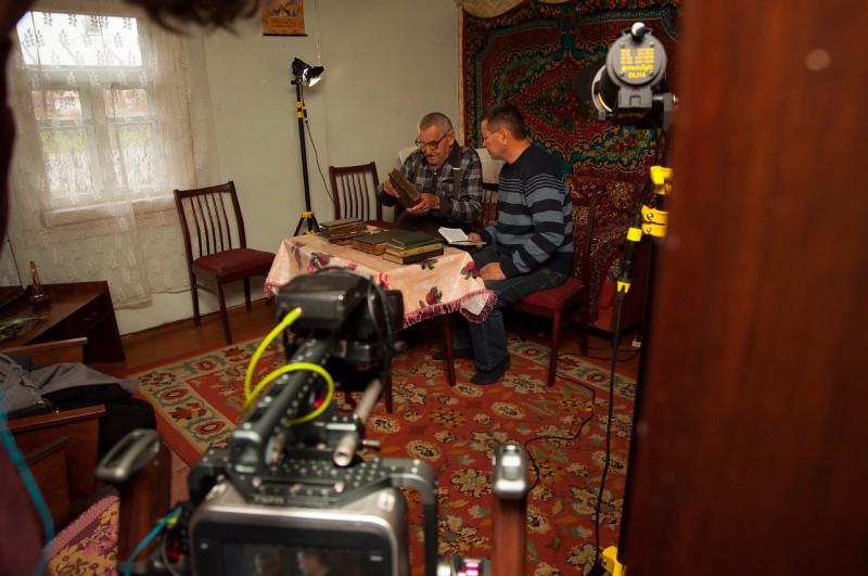 Ивье. Якуб Мустафович (слева) и старейшина татарской общины Иван Шабанович читают старинные китабы
