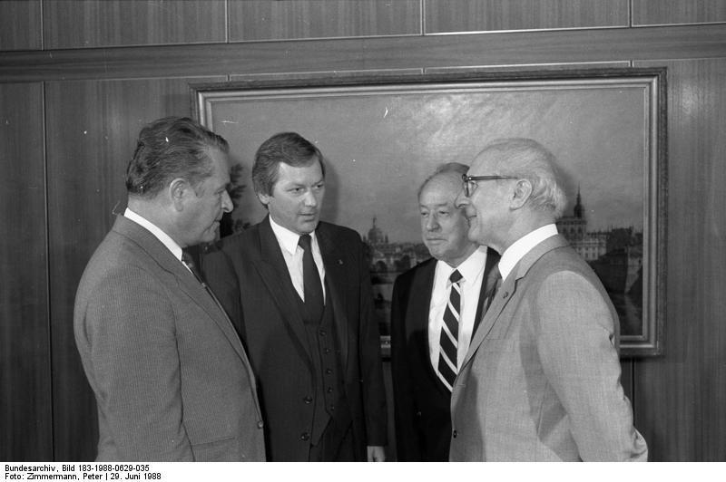 Чэслаў Кішчак (злева) сустракаецца з лідарам Нямецкай дэмакратычнай рэспублікі Эрыхам Хонэкэрам, 1988 г.