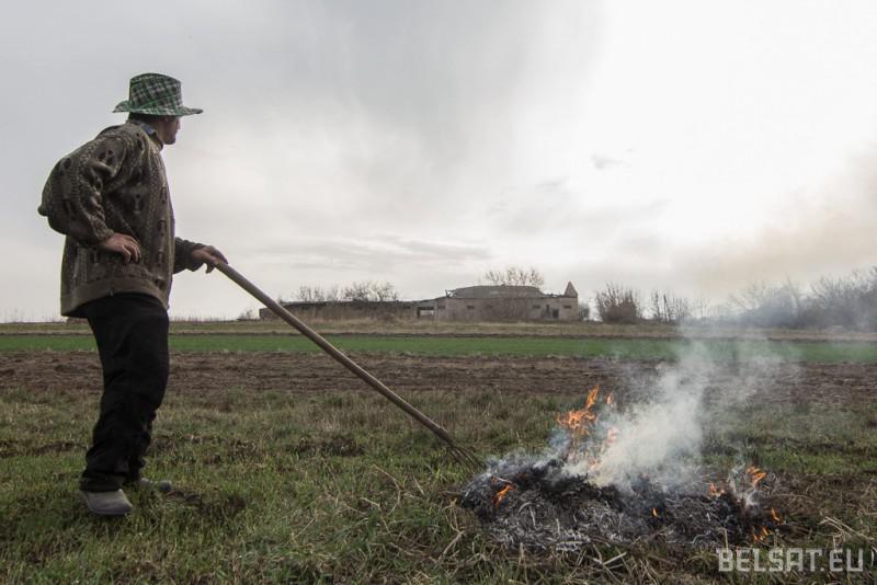 Адзін з пустэльнікаў паліць сухую траву.