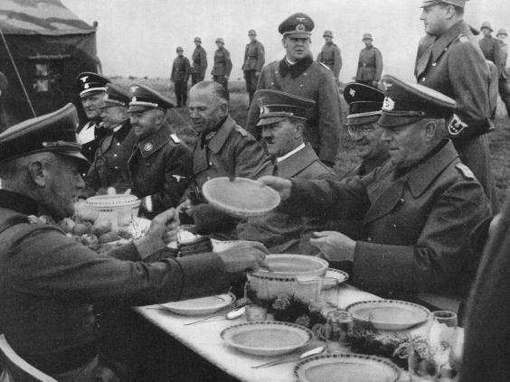 «Гітлер быў вегетарыянцам і ўсё жыццё еў бульбяное пюрэ ды булён», – піша Элена Голадны ў адным са сваіх артыкулаў.