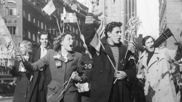Звесткі пра заканчэнне вайны сабралі жыхароў Стакгольма на Кунгсгатан – Каралеўскай вуліцы. 7 траўня 1945 г.