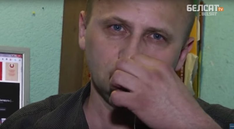 Константин Жуковский зашивает себе рот в знак протеста против огромных штрафов за работу журналистом