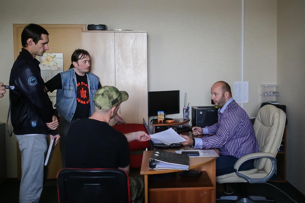 «Малады фронт» размаўляе з адміністратарам кірмашу.