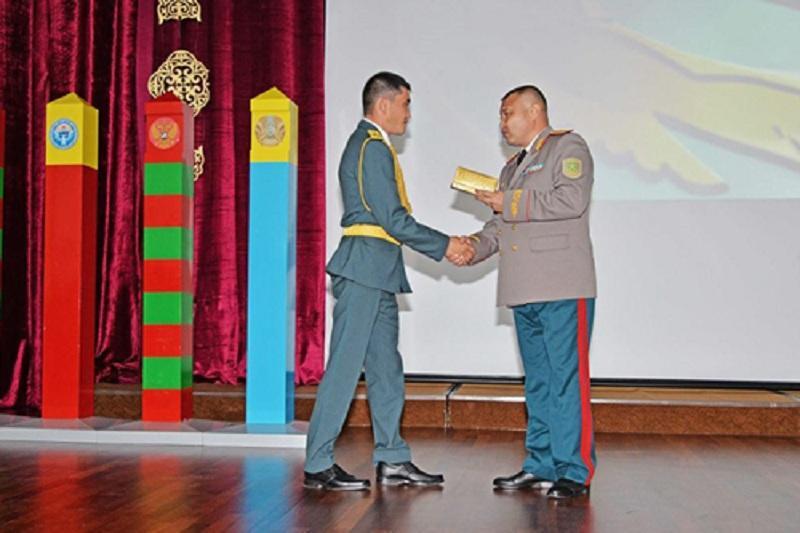 Pomysłowy oficer otrzymuje awans fot.: http://kazinform.kz/