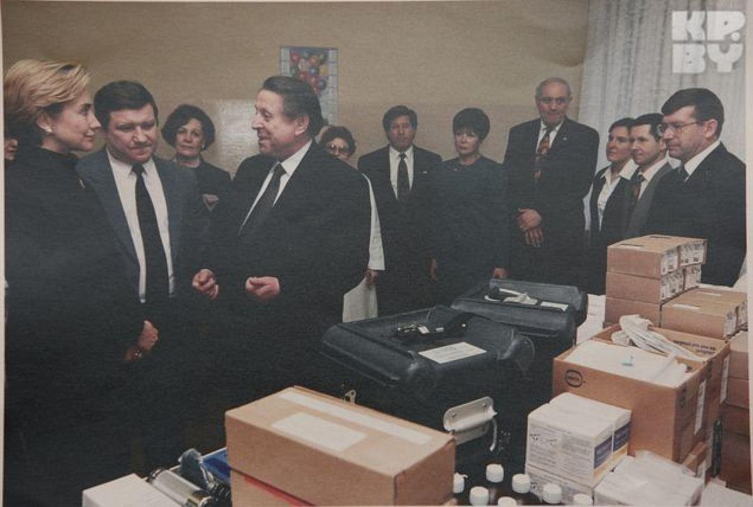 Hillary Klinton i były minister ochrony zdrowia Wasil Kazakow (trzeci z lewej).