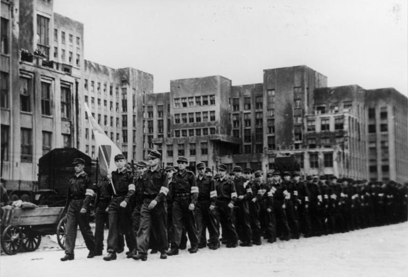 Члены Союза Белорусской Молодежи в Минске, 1944 год. К их выбору вы можете относиться как угодно. Это никак сейчас не мешает выступать за бело-красно-белый флаг в качестве государственного. Фото Bundesarchiv