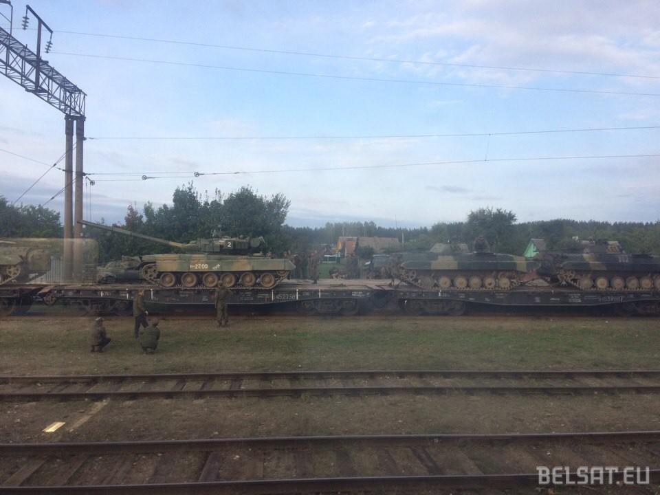 Грибники фотографировали исмеялись: научениях вРеспублике Беларусь  русские  военные утопили танк