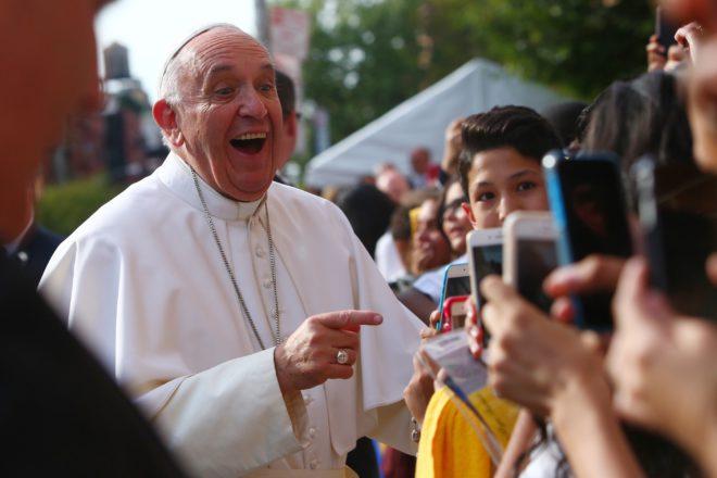 «Подносите сердца, ноне поднимайте телефоны». Папа Франциск— тем, кто снимает богослужения