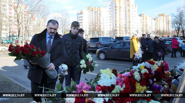 Фота Белта Віктар і Мікалай Лукашэнкі ўскладаюць кветкі да амбасады РФ у Менску.