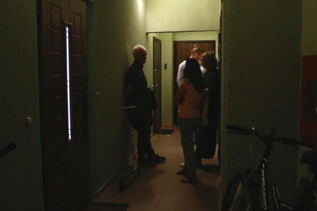 Праваабаронцы і супрацоўнік ў цывільным каля дзвярэй Алеся Ліпая