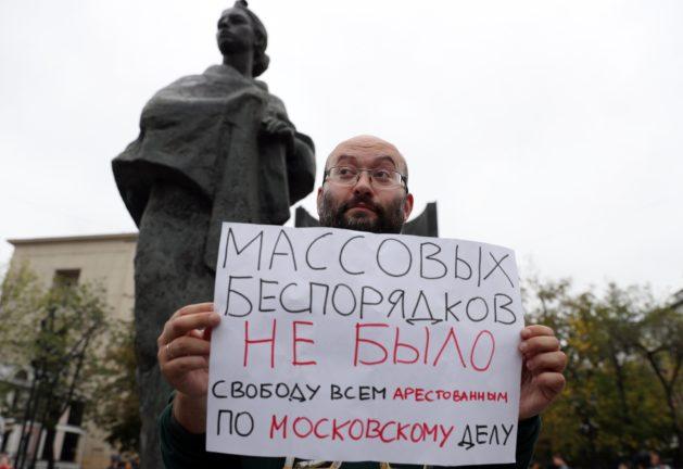 Журналист и муниципальный депутат Илья Азар в одиночном пикете у памятника Крупской. Фото: Forum/Gavriil Grigorov/TASS